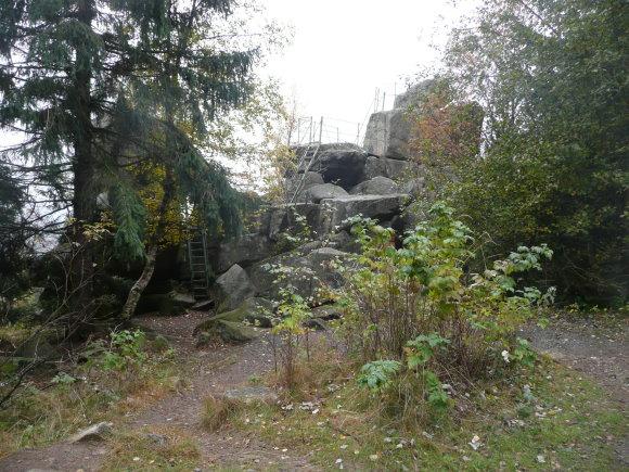 Trudenstein bei Schierke vom Mittelpunkt des Kultplatzes aus, der sich vor dem Trudenstein befindet