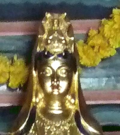 Guanshiyin mit Meditations-Buddha über dem Kopf