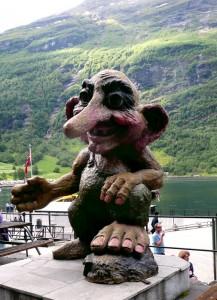 Skulptur eines großen Trolls in dem Ort Geiranger am Ende des Geiranger Fjords