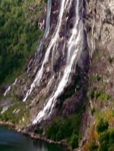 Wasserfall mit Wasser-Troll aus der Nähe
