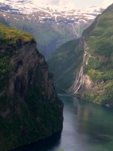 Wasserwesen in einem Wasserfall im Geiranger Fjord