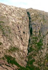 Wohnung eines Trolls in einem Spalt in einer Felswand